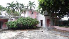 Un equipo que rastreaba con picos y detectores de metales la antigua mansión en Miami Beach del fallecido narcotraficante colombiano Pablo Escobar,halló hoy una caja fuerte cerrada de más de