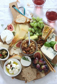 Brunch Recipes {Recipe} The perfect cheese platter and why honey nuts definitely do not fail . Party Food Platters, Cheese Platters, Healthy Meals For Two, Healthy Recipes, Charcuterie And Cheese Board, Cheese Appetizers, Cheese Party, Party Buffet, Party Snacks