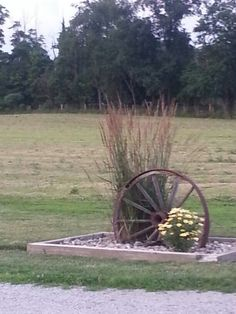 Amish driveway entrance - Home Decoration Driveway Entrance Landscaping, Farm Entrance, Cottage Garden, Driveway Landscaping, Wheel Decor, Country Landscaping, Driveway Entrance, Backyard, Farmhouse Landscaping
