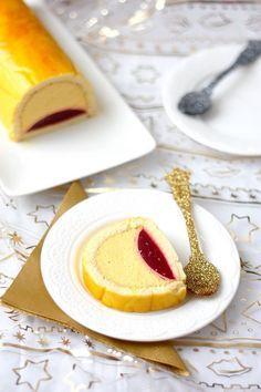 Une bûche mangue et framboise pour finir vos repas de fêtes sur une note légère et fruitée ! Une recette facile à faire avec peu de matériel nécessaire.