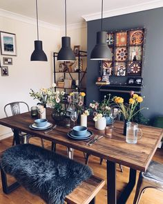 What a beautiful table set-up 😍. The wooden table and lamps give an industrial vibe into your dining room. I love how the flowers on the table give a more lively and cozy feeling to it 🤗. Dining Room Inspiration, Interior Inspiration, Deco Boheme Chic, Beautiful Table Settings, Home Decor Furniture, Bohemian Furniture, Furniture Shopping, Online Furniture, Dining Room Design