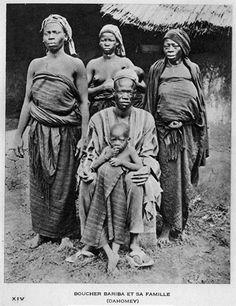 Boucher Bariba et sa famille (Dahomey). Photo A. African American Artist, African American History, American Artists, Zimbabwe History, African Life, African Style, French West Africa, African Artwork, African Royalty