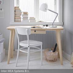 Eine natürliche Atmosphäre im Arbeitszimmer entsteht, wenn helle Holzmöbel mit weißen Accessoires kombiniert werden. In den weißen Kartons können  …