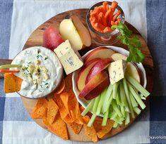 Sos de brânză albastră – blue cheese dip (la rece). Sos cremos cu brânză pentru Buffalo chicken wings (aripioare de pui în stil Buffalo) sau crudități, nachos. #retetanoua #savoriurbane  _____🍲🍲🍲_____ Reteta la linkul de pe profilul meu @oanaigretiu  _____🍲🍲🍲_____ #bluecheesedip #bluecheese #buffalochickendip #creamy #crudités #cruditati #branzaalbastra #veggies #vegetariano Hors D'oeuvres, Buffalo Chicken, Nachos, Chicken Wings, Dairy, Appetizers, Blue Cheese, Ethnic Recipes, Food