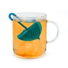 Cet infuseur au design original sera parfait pour le thé ou la tisane. Fabriqué en silicone il va contenir votre saveur préférée qui, au contact avec l'eau chaude sera libérée afin de vous donner un moment unique de détente. Il n'y a rien de mieux qu'une tasse de thé pendant un jour de pluie. Remplissez le parapluie avec votre thé préféré et plongez le dans l'eau bouillante. La forme particulière a été conçue pour une sortie parfaite de la diffusion. Monkey Business aime prendre soin de…