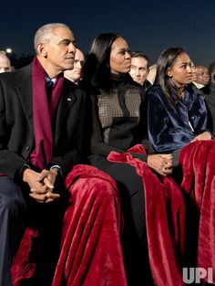 President Barack Obama, first lady Michelle Obama and daughter Sasha Obama attend the National Christmas Tree Lighting on the Ellipse December 2016 in Washington, DC. This year is the annual National Christmas Tree Lighting Ceremony. Presidents Wives, Black Presidents, Greatest Presidents, Michelle Obama, First Black President, Our President, Joe Biden, Barack Obama Family, Obamas Family
