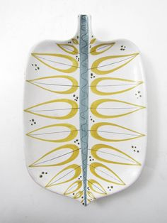 675 4692 FAT, Fajans, Gustavsbergs Studio, Stig Lindberg längd: 31 - www. Pottery Painting, Ceramic Painting, Ceramic Art, Swedish Design, Scandinavian Design, Ceramic Plates, Ceramic Pottery, Stig Lindberg, Cerámica Ideas