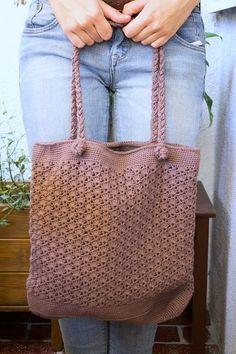 Gratis Anleitung für eine gehäkelte Handtasche mit geflochtenen Trägern.
