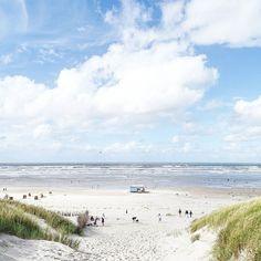 Nach 5 Minuten Fußweg von unserer Ferienwohnung... Und jeden Tag aufs Neue bringt dieser Anblick mein Herz in Wallung und meine Seele in Tiefenentspannung... .  . Couldn't be more beautiful. Couldn't be more happy. So thankful for this place on earth! . #juliamammiladeaufjuist #juist #juisthappy #juist2016 #juistcantgetenough #beach #beachlife #strand #nordsee #northsea #seaside #coast #sunshine #sunny #urlaub #travel #vacation #holiday #traveldiaries #myview #nature #nature_perfection…