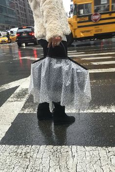 Make a splash this season without getting your designer bag wet.Handbag Raincoat is here to help you own the rain! Your Style, Style Me, Style Blog, Look Fashion, Womens Fashion, Ideas Geniales, Look Cool, Dame, Purses And Bags