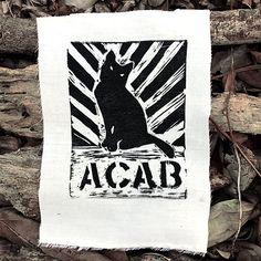 Dies ist eine handgemachte Linoleum geschnitten Bild von einem Kitty mit den Buchstaben, die ACAB darunter gedruckt. Alle Katzen sind schön Es ist in Speedball Tinte auf leicht aus weißem Stoff gedruckt.