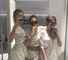 These ulzzang girls are soo pretty Korean Couple, Korean Girl, Asian Girl, Korean Style, Korean Fashion Trends, Korean Street Fashion, Mode Ulzzang, Korean Best Friends, Uzzlang Girl