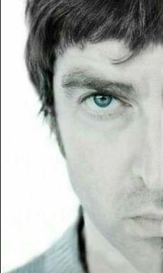 Liam Gallagher Oasis, Noel Gallagher, Britpop, Playing Guitar, Rock Bands, Badass, Eye Candy, Champagne, Eyes