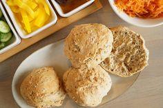 Hjemmelavede sandwichboller til madpakken med hørfrø, hvedemel og fuldkornshvedmel. Bollerne kan fryses, så de nemt kan tages op til madpakken.