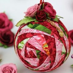 7 Ideas for your Handmade Christmas Ornaments. Folded Fabric Ornaments, Quilted Christmas Ornaments, Glitter Ornaments, Handmade Christmas Gifts, Ornaments Design, Christmas Baubles, Holiday Crafts, Christmas Crafts, Christmas Decorations
