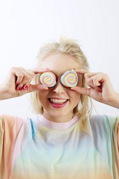 DIY Seife mit Regenbogen Muster selber machen: Einfache Anleitung! Round Sunglasses, Crafts, Fashion, Simple, Rain Bow, Diy Presents, Moda, Manualidades, Fashion Styles