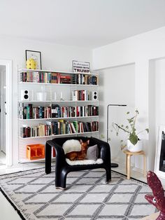 """OlliPekka favors classics and vintage """"I do not want disposable things in my home"""" is part of Living Room Scandinavian String System - OlliPekka Koljonen's relaxed home hosts life, art, design and a dog A dreary flat was reborn as a genuine, crisp gem Diy Room Decor, Living Room Decor, Bedroom Decor, Home Decor, Living Room Modern, Home And Living, String Regal, String Shelf, String System"""