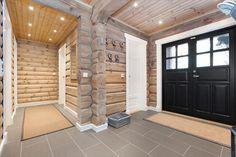 Trysil-Knuts Fjellverden Øst: Svært flott laftehytte med høy Wooden House, Rustic Elegance, House Design, Lodge, Rustic House, House Interior, Home, Cottage, Modern Log Cabins