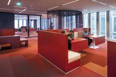 Escritorio colorido em Roterda. Vários tons de vermelho cobrem desde os móveis até o piso