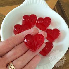 Essas balinhas não podem faltar! Sabe aquela vontade de comer doce, principalmente a noite? Sempre deixo pronto na geladeira essas balinhas de gelatina, que são deliciosas! Você pode sempre variar o sabor, e se quiser, ou for recomendado pelo seu nutricionista, pode ainda acrescentar colágeno hidrolisado. Hoje fiz assim: Em um potinho, coloquei 2 pacotes de gelatina zero (usei morango), e 1 pacote de gelatina incolor. Acrescentei 250 ml de água quente e mexi até dissolver tudo. Acrescentei… No Salt Recipes, Sweet Recipes, Peanut Brittle, Portuguese Recipes, Cotton Candy, Marshmallow, Caramel, Fish, Meat