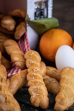 Πασχαλινά κουλουράκια βουτύρου   Γιάννης Λουκάκος Greek Desserts, Pretzel Bites, Sausage, Bread, Cookies, Recipes, Food, Crack Crackers, Sausages