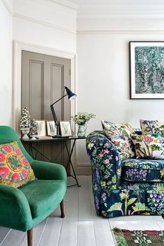 Floral Sofa - Living Room Design Ideas in Living Room Sofa, Living Room Decor, Living Spaces, Living Rooms, Floral Couch, Floral Pillows, Floral Fabric, Sofa Colors, Deco Design