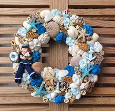 Nyári ajtódísz Seashell Wreath, Seashell Crafts, Summer Door Decorations, Sea Crafts, Easter Wreaths, Summer Wreath, How To Make Wreaths, Sea Shells, Fancy