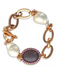 Elegante y sofisticada, esta pulsera de plata dorada la acompañan dos perlas cultivadas barrocas y un ágata ovalado rodeado de 28 circonitas rosadas.