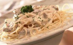 Espaguete ao molho de cream cheese com tiras de carne