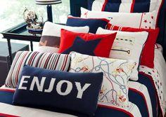 Para a Coleção Acqua, a loja Hits misturou ao tradicional listrado azul marinho, vermelho e branco da colcha listras fininhas, estampas referentes ao naval e estrelas às almofadas e lençóis nas mesmas cores