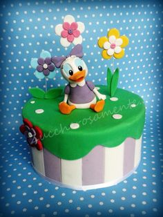 Duck Daisy cake Daisy Duck Cake, Donald Duck Cake, Daisy Duck Party, Daisy Cakes, Mickey Cakes, Minnie Mouse Cake, Cupcakes, Cupcake Cakes, Friends Cake
