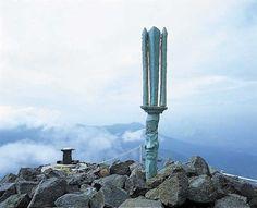 天の逆鋒 霧島高千穂峰の山頂に突き刺さる鋒。  天孫・ニニギノミコトが降臨した際突き刺したという。