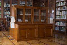 Sala de Lectura. Detalle de Mueble expositor de Fondo Antiguo Experimental, China Cabinet, Storage, Furniture, Home Decor, Special Library, Reading Room, Parking Lot, Zaragoza