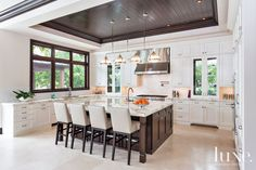 Transitional White Kitchen with Mahogany Barstools - Luxe Interiors + Design Transitional Kitchen, Transitional Decor, Indoor Outdoor, Sweet Home, Banquette, Shabby Chic Kitchen, Cuisines Design, Beautiful Kitchens, Kitchen Interior
