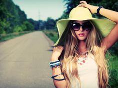 Девушка с длинными волосами в шляпе и в очках на дороге #картинки #фото #девушка #шляпа #очки #дорога #лес #лето #длинные_волосы