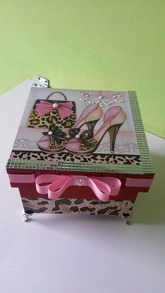 Linda caixa pintada e decorada com decoupage, mini espelhos, fita, laço e pés egípcio, um luxo!!!.  Só a caixa já é um lindo presente.  medidas: 15 x 15 x 10    Temos outros desenhos, consulte.
