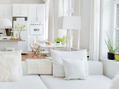 Vous vous sentez à l'étroit dans votre maison ou votre appartement ? Voici 5 idées pour aménager et agrandir l'espace avec du blanc en touche ou en total look !