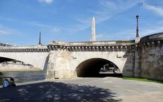 Two of the arches of the Tournelle bridge, also showing the pylon and statue of the Patron Saint of Paris.  Related information www.eutouring.com/images_pont_de_la_tournelle.html