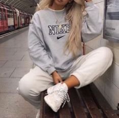 Lazy outfits - Winter Outfits Ideas For Women 2019 – Lazy outfits Cute Comfy Outfits, Chill Outfits, Mode Outfits, Retro Outfits, Vintage Outfits, Lazy Winter Outfits, Fashion Vintage, Outfits For Women, Casual Trendy Outfits