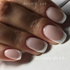 False nails have the advantage of offering a manicure worthy of the most advanced backstage and to hold longer than a simple nail polish. The problem is how to remove them without damaging your nails. Nude Nails, Nail Manicure, My Nails, Acrylic Nails, Nail Polish, Perfect Nails, Gorgeous Nails, Pretty Nails, Nagellack Trends