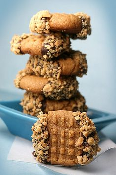 Peanutty Chocolate & Peanut Butter Cookies. Love the idea of dipping a Pb cookie into chocolate and nuts!