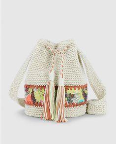 Bolso saco de crochet con detalle de borlas