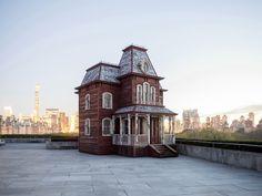 La maison du film Psychose d'Albert Hitchcock s'installe sur le toit du MET à New York grâce à l'artiste britannique Cornelia Parker