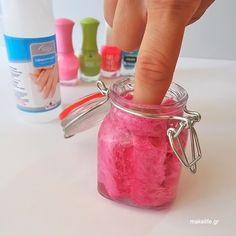 Τυλίξτε σε ρολό και στριμώξτε το σφουγγάρι μέσα σε ένα βαζάκι. Γεμίστε στη συνέχεια με ασετόν. Βάζοντας το δάχτυλο μέσα έχετε αυτόματα ξεβάψει το νυχάκι! Κλείστε το καπάκι μόλις ξεβάψετε όλα τα νύχια και φυλάξτε το για την επόμενη φορά.