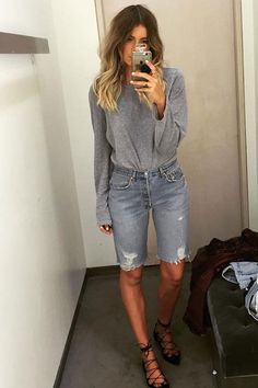 Elle Ferguson investiu na bermuda jeans. Elle Ferguson has invested in Bermuda jeans. Mode Outfits, Short Outfits, Casual Outfits, Summer Outfits, Fashion Outfits, Jeans Fashion, Elle Fashion, Bermuda Shorts Outfit, Denim Shorts Outfit