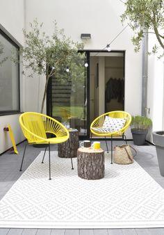 chouette idée pr l'extérieur : aime beaucoup les fauteuils + le tapis + se servir des rondins comme table d'apoint
