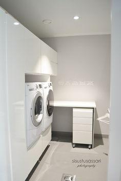 sisustusassari: Tehokas ja toimiva kodinhoitohuone Modern Laundry Rooms, Laundry In Bathroom, Small Bathroom, Bathrooms, White Doors, Next At Home, Home Organization, Interior Design Living Room, Decoration