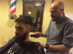 De formación con Peluquería Vicenç Moretó para estar al día en corte de caballero y arreglo de barba. Junto con Posat Wapa Compagniadellabellezza fue una jornada enriquecedora de la mano de uno de los profesionales más destacados en este servicio. Y es que... el hombre está de moda!