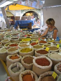 Stand des épices au marché de Nyons