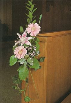 See all the different pew flowers this site has. She offers free flower tutorials for bouquets, corsages, decorations and more. Champagne Wedding Flowers, Wedding Ceremony Flowers, Wedding Bells, Church Wedding Decorations Aisle, Pew Decorations, Pew Ends, Altar Flowers, Flower Arrangements, August Wedding